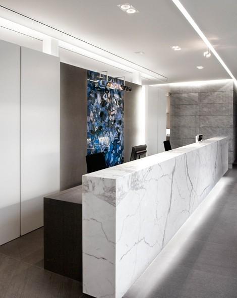 办公室前台也是使用大理石材料,整个办公空间设计没有过多的造型和过